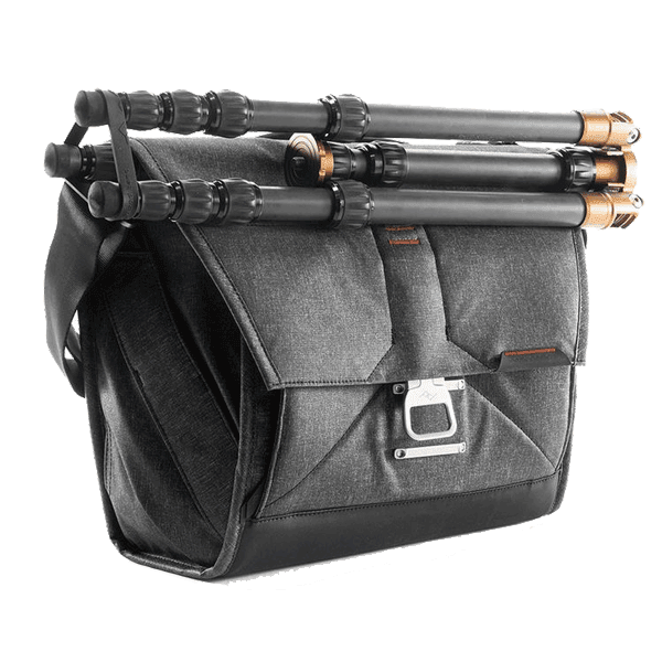 Peak_Design_Everyday_Messenger_Charcoal_13_Zoll_mit_Stativ_a.png